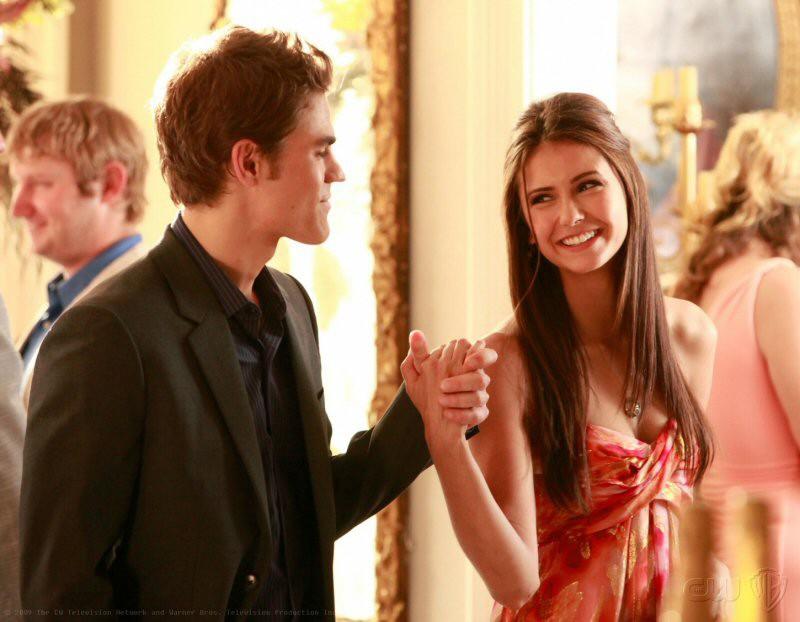 Paul Wesley e Nina Dobrev alla festa annuale della città in Family Ties nella serie The Vampire Diaries