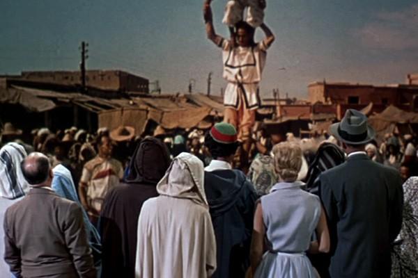 Alfred Hitchcock (di spalle) con James Stewart e Doris Day in una scena del film L\'uomo che sapeva troppo
