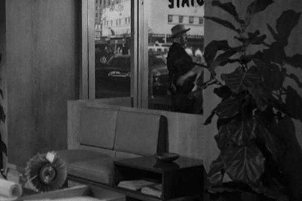 Alfred Hitchcock nel suo solito cameo nel film Psycho (1960)