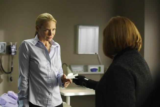 Anna Torv e Blair Brown in una scena dell'episodio Night Of Desirable Objects di Fringe