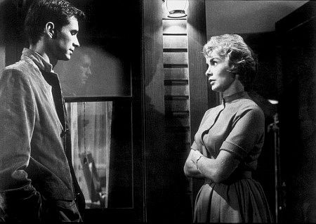 Anthony Perkins e Janet Leigh in una scena del film Psycho (1960)