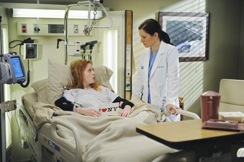 Chyler Leigh con una paziente nella premiere della sesta stagione della serie tv  Grey's Anatomy