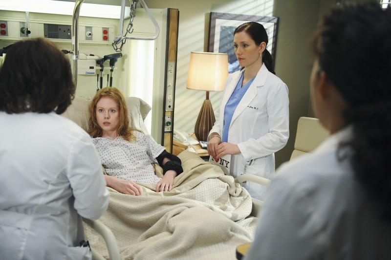Chyler Leigh, nel ruolo di Lexie, con una paziente nella premiere della sesta stagione della serie tv  Grey's Anatomy