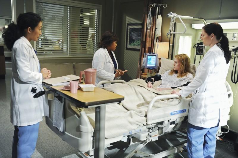 Chyler Leigh, Sandra Oh e Chandra Wilson in un momento della premiere della sesta stagione della serie tv  Grey's Anatomy