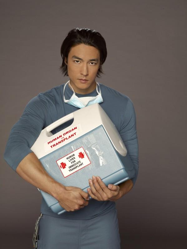 Daniel Henney è il dottor David Lee in una immagine promozionale della serie Three Rivers
