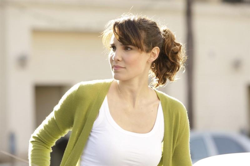 Daniela Ruah è Kensi Blye in una sequenza della nuova serie NCIS: Los Angeles