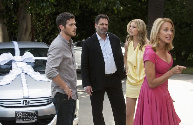 Dave Annable, Emily VanCamp, Ken Olin e Patricia Wettig nel primo episodio della quarta stagione della serie Brothers & Sisters