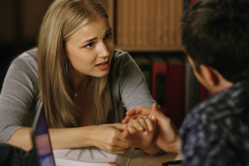 Emily VanCamp in una scena del primo episodio della quarta stagione della serie Brothers & Sisters