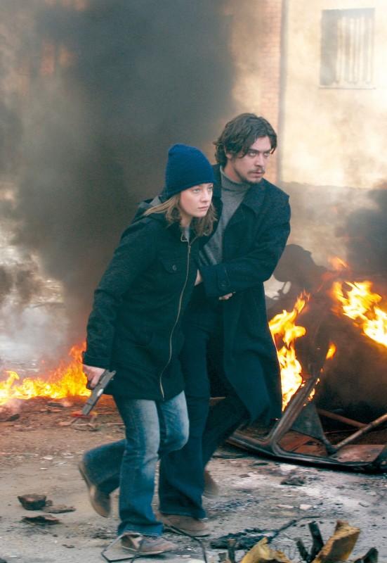 Giovanna Mezzogiorno e Riccardo Scamarcio in una scena del film La prima linea