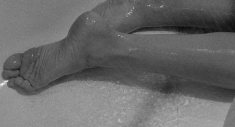 I piedi di Janet Leigh in una scena del film Psycho (1960)
