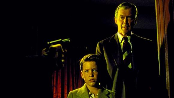 James Stewart e Christopher Olsen in una immagine del film L'uomo che sapeva troppo (1956)