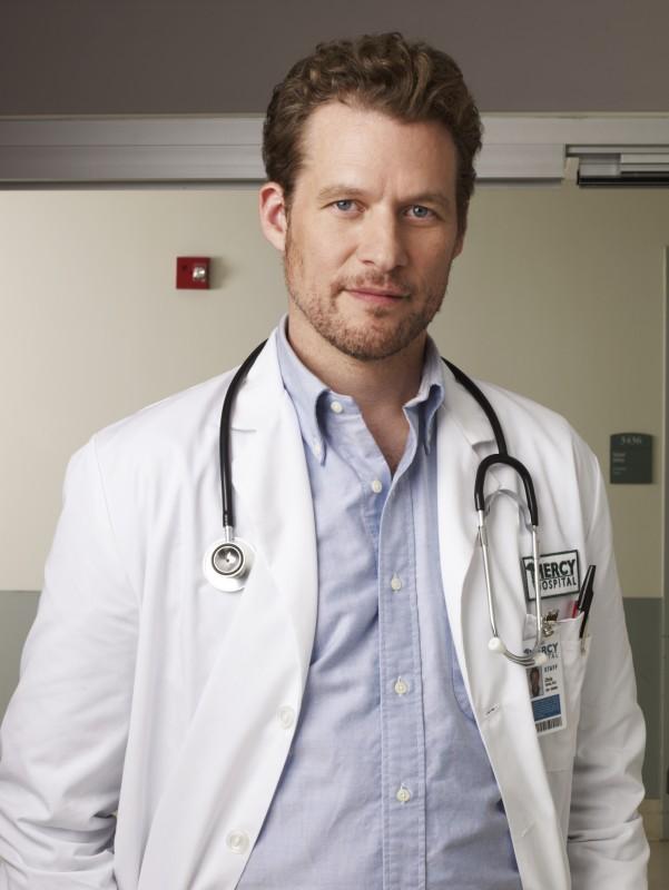 James Tupper è il dottor Chris Sands in una immagine promozionale della serie NBC Mercy
