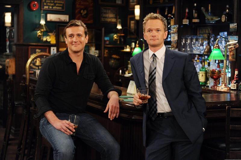 Jason Segel e Neil Patrick Harris in una scena dell'episodio Definitions di How I Met Your Mother