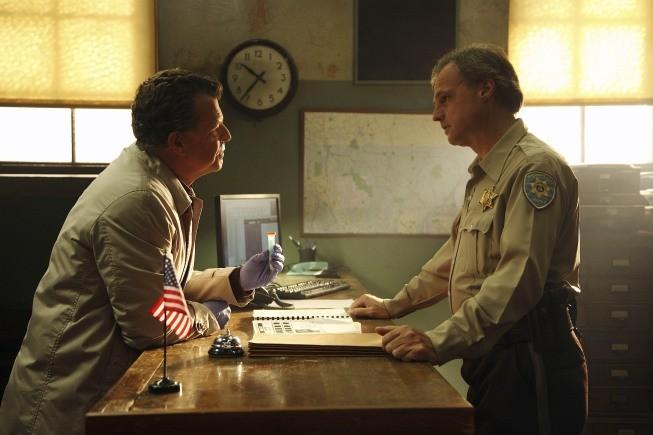 John Noble in una scena dell'episodio Night Of Desirable Objects di Fringe