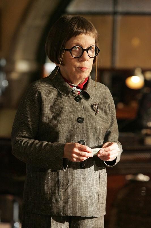 Linda Hunt è Hetty Lange nell'episodio Pilota della serie tv NCIS: Los Angeles