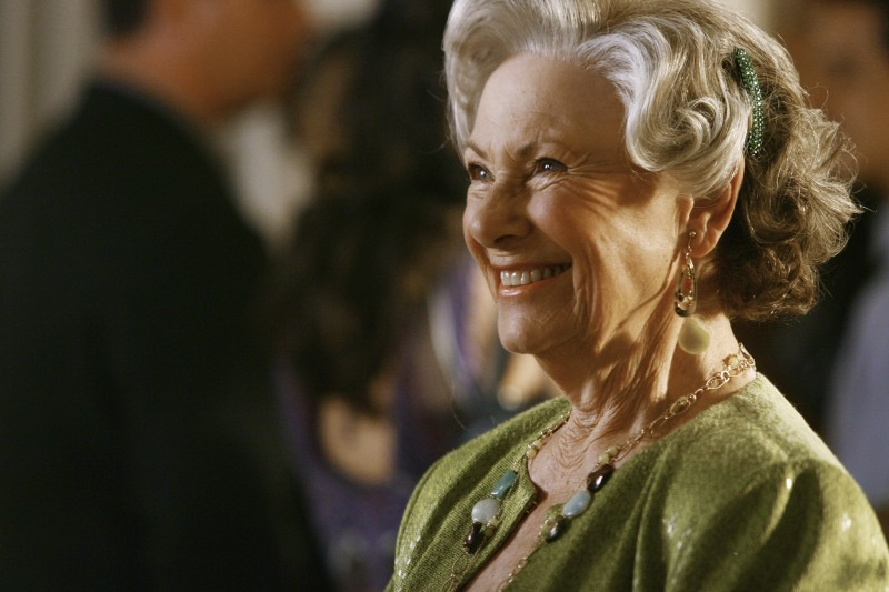 Marion Ross durante una scena nel primo episodio della quarta stagione della serie Brothers & Sisters