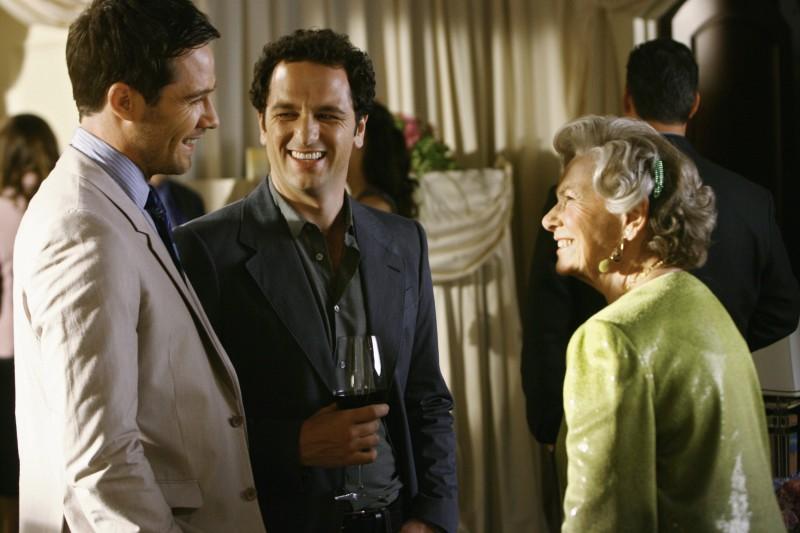 Matthew Rhys e Marion Ross nel primo episodio della quarta stagione della serie Brothers & Sisters