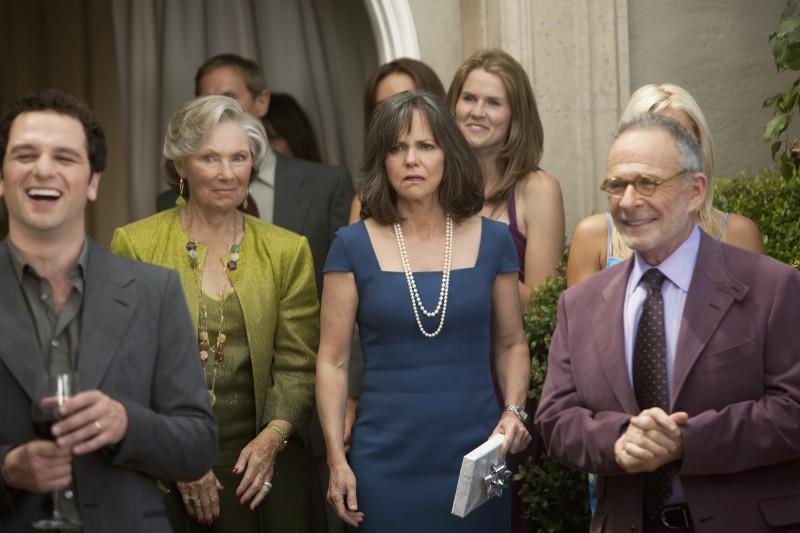 Matthew Rhys, Marion Ross, Sally Field e Ron Rifkin nel primo episodio della quarta stagione della serie Brothers & Sisters
