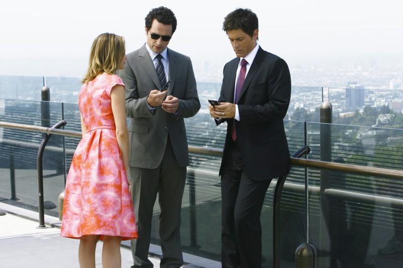 Matthew Rhys, Rob Lowe e Calista Flockhart nel primo episodio della quarta stagione della serie Brothers & Sisters