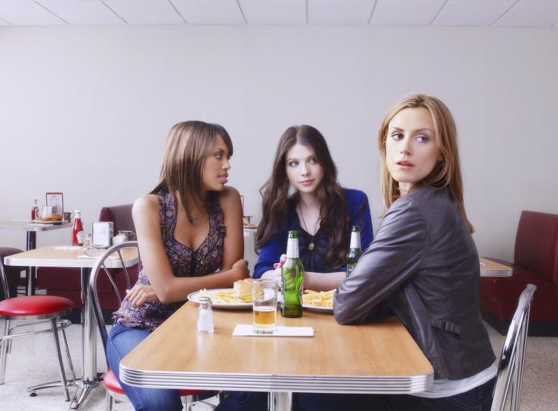 Michelle Trachtenberg, Taylor Schilling e Jaime Lee Kirchner nella serie Mercy