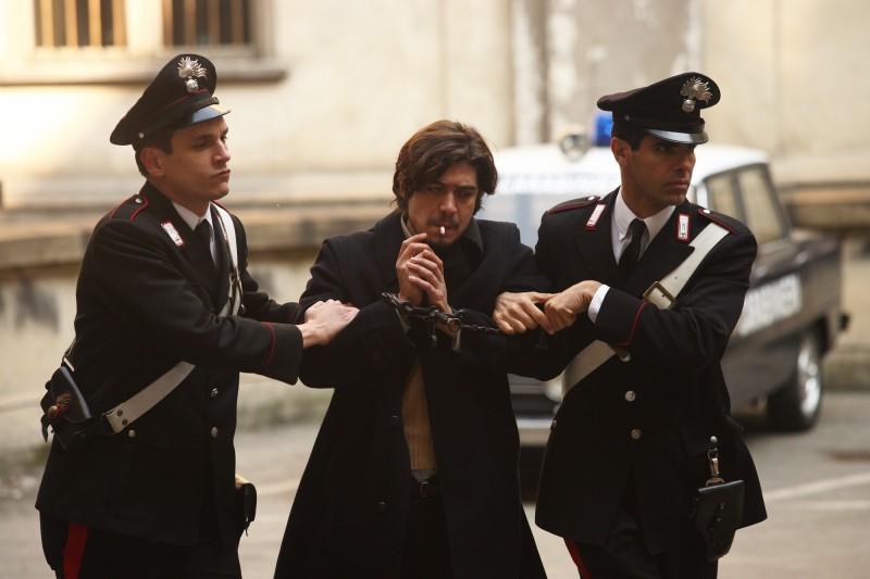 Riccardo Scamarcio in una scena del film La prima linea