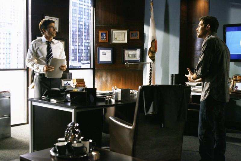 Rob Lowe insieme a Dave Annable durante un momento del primo episodio della quarta stagione della serie Brothers & Sisters