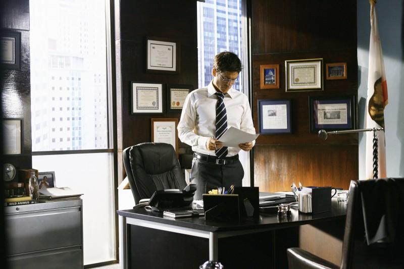 Rob Lowe nel ruolo di Robert McAllister in una scena del primo episodio della quarta stagione della serie Brothers & Sisters