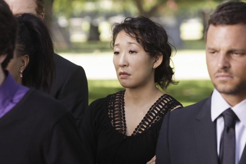 Sandra Oh e Justin Chambers in un momento drammatico della premiere della sesta stagione della serie tv  Grey's Anatomy