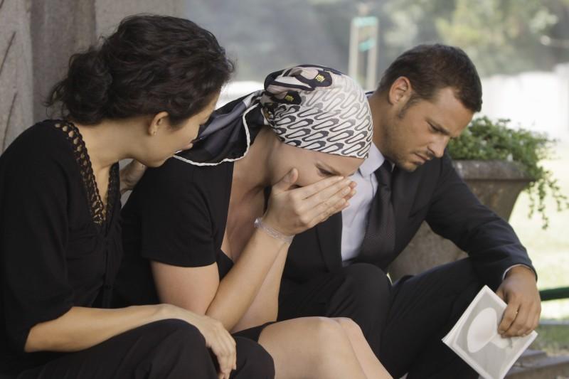 Sandra Oh, Katherine Heigl e Justin Chambers in un momento drammatico della premiere della sesta stagione della serie tv  Grey's Anatomy