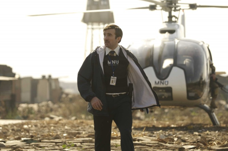 Sharlto Copley in una sequenza del film District 9