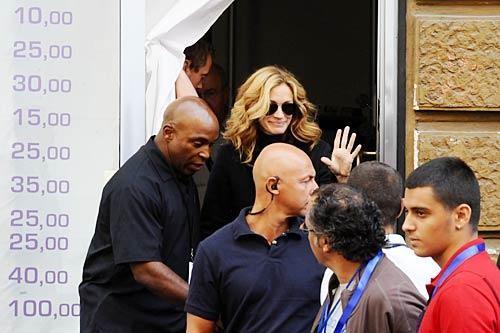 Una sorridente Julia Roberts a Napoli per le riprese di Eat, Pray, Love. La diva ha girato nel quartiere di Forcella