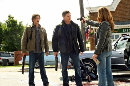 Jensen Ackles, Jared Padalecki e Samantha Ferris in una scena dell'episodio Good God, Y'All di Supernatural