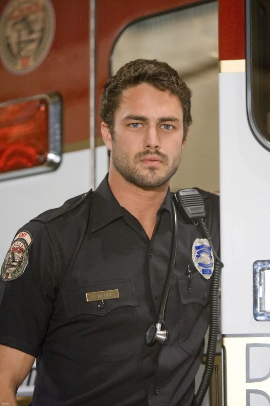 Taylor Kinney in una foto promozionale della serie Trauma