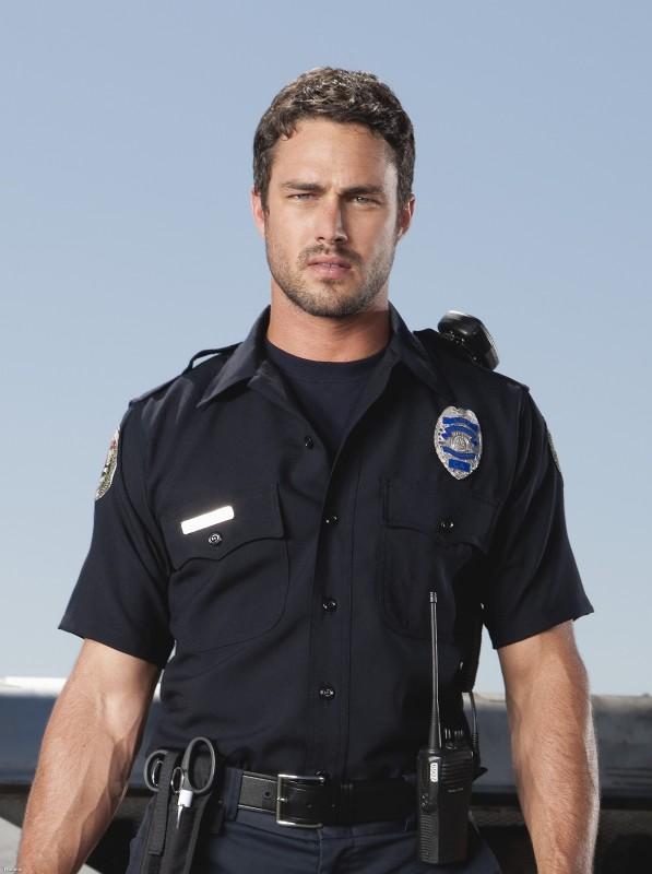 Taylor Kinney in una immagine promozionale della serie Trauma