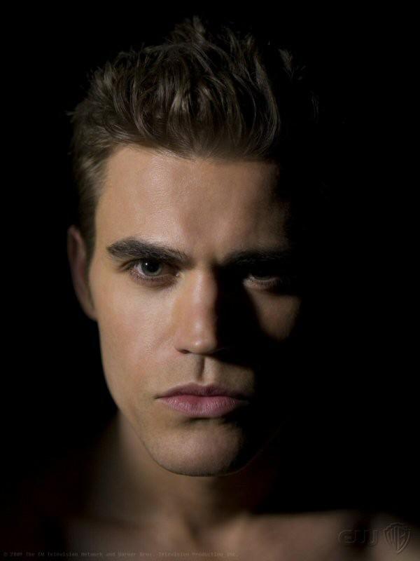 Un primo piano di Paul Wesley in una foto promozionale di The Vampire Diaries