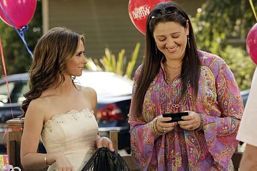 Ghost Whisperer: Jennifer Love Hewitt con Camryn Manheim in Birthday Presence, primo episodio della quinta stagione