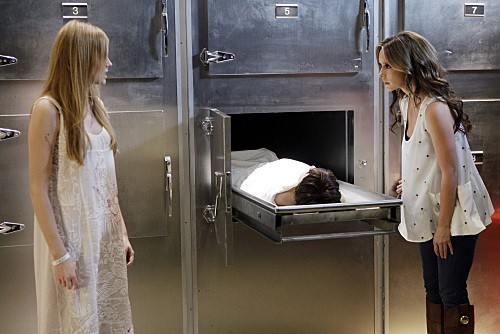 Ghost Whisperer: Jennifer Love Hewitt con Zoe Boyle in Birthday Presence, primo episodio della quinta stagione