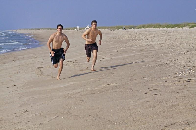 James Lafferty e Robert Buckley corrono in spiaggia nell'episodio What Are You Willing to Lose della 7 season di One Tree Hill