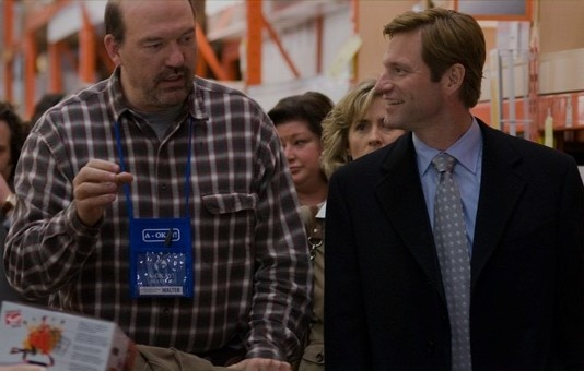 John Carroll Lynch e Aaron Eckhart in una scena del film Love Happens