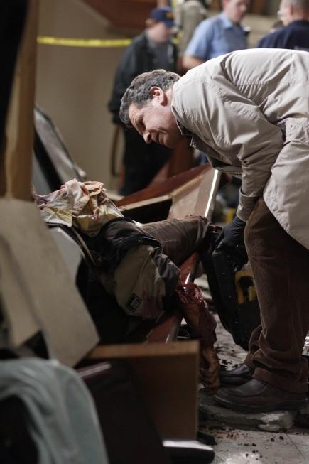 John Noble in una scena dell'episodio Fracture di Fringe
