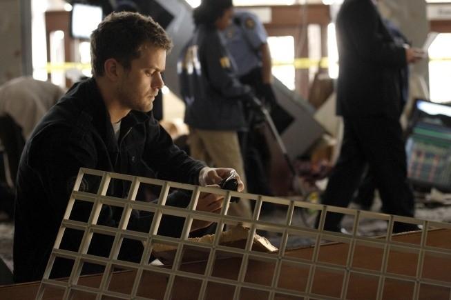 Joshua Jackson in una scena dell'episodio Fracture di Fringe