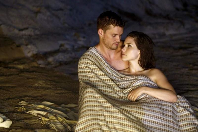 Sophia Bush e Austin Nichols in una scena romantica della stagione 7 di One Tree Hill