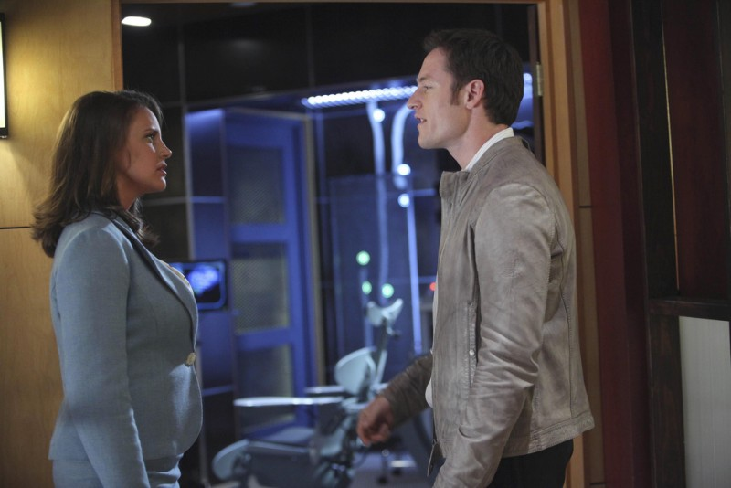 Tahmoh Penikett e Miracle Laurie in una scena dell'episodio Instinct di Dollhouse