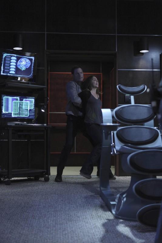 Tahmoh Penikett ed Eliza Dushku in una scena dell'episodio Instinct di Dollhouse