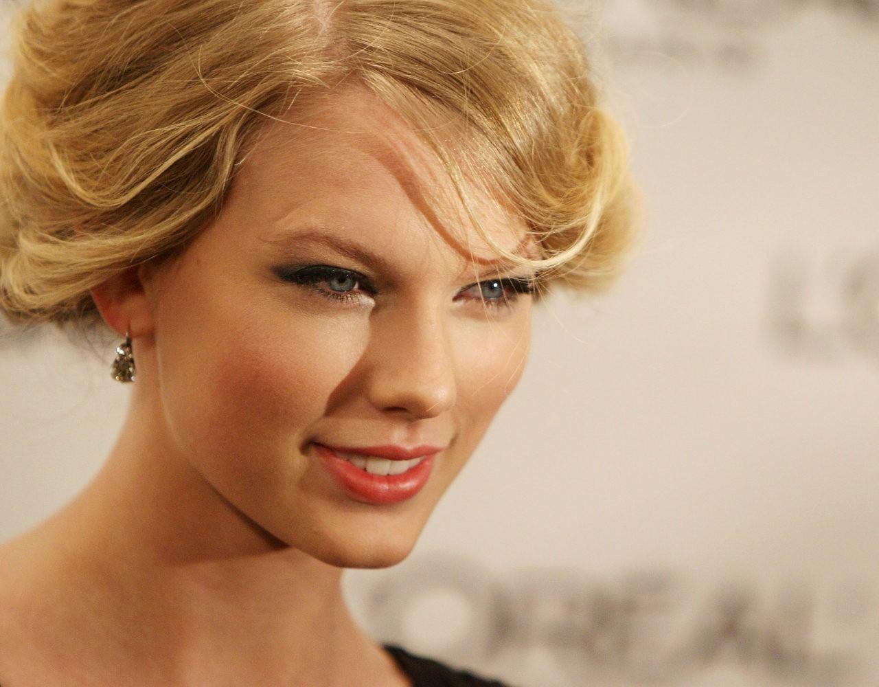 Wallpaper: Taylor Swift con i capelli raccolti