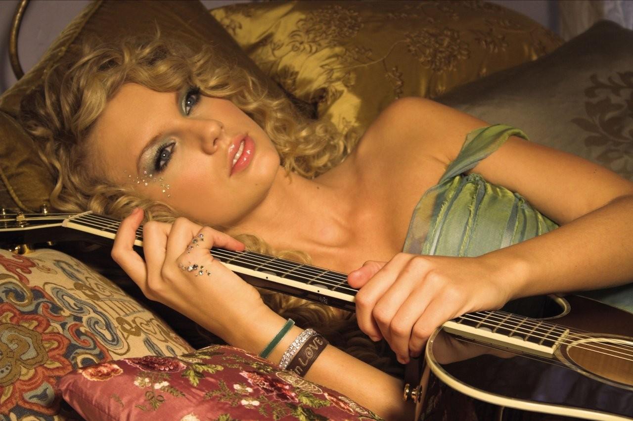 Wallpaper: Taylor Swift e la sua chitarra