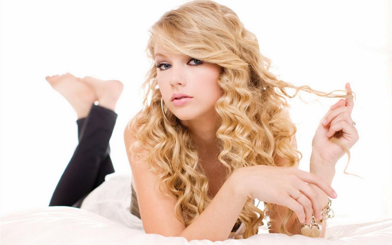 Wallpaper: Taylor Swift gioca coi capelli