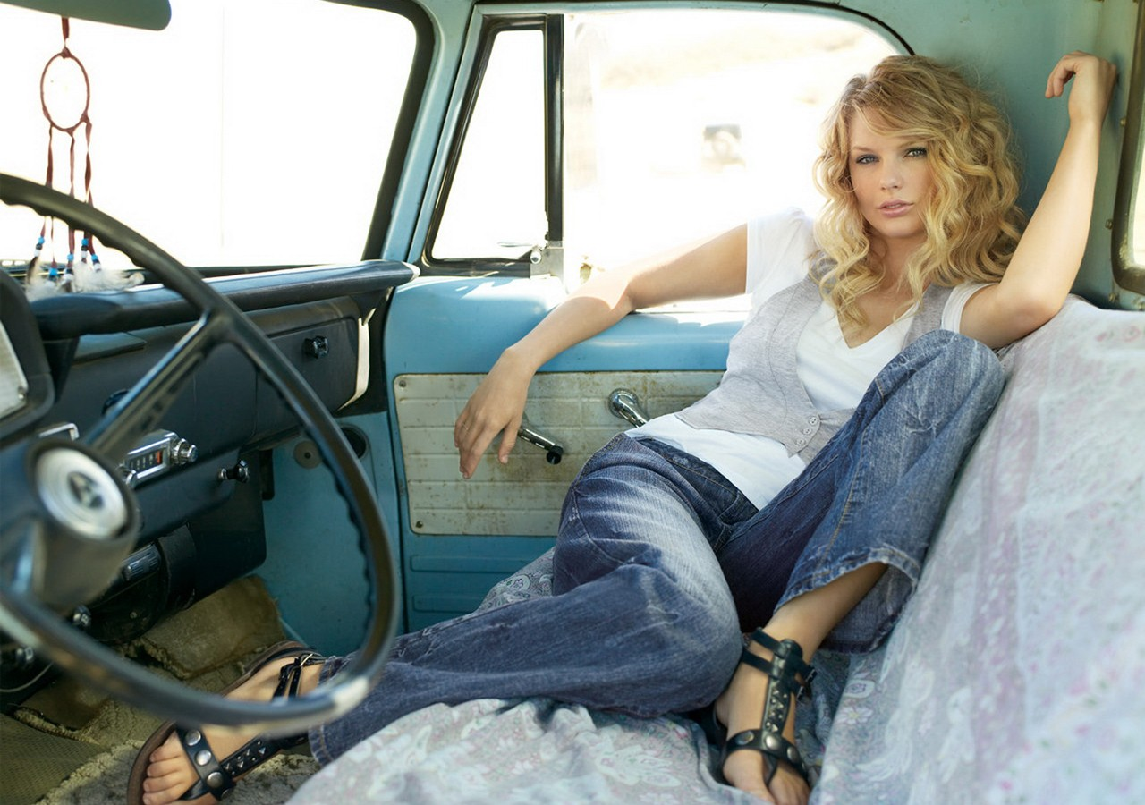 Wallpaper: Taylor Swift posa in un'automobile