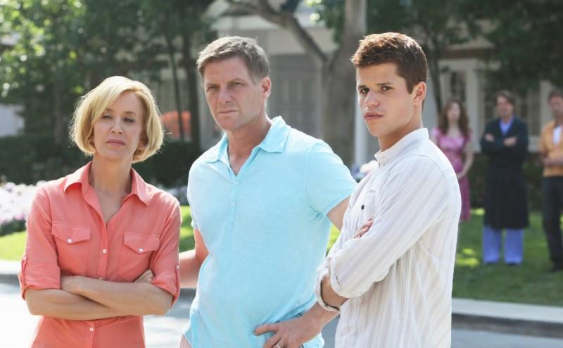 Desperate Housewives: Felicity Huffman con Doug Savant e Max Carver in Still Alive episodio della sesta stagione