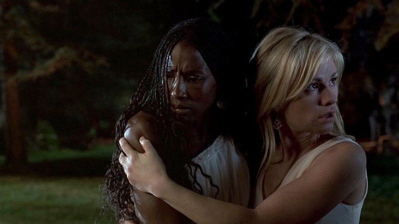 Rutina Wesley e Anna Paquin in una scena dell'episodio 'Beyond Here Lies Nothin'' della serie tv True Blood